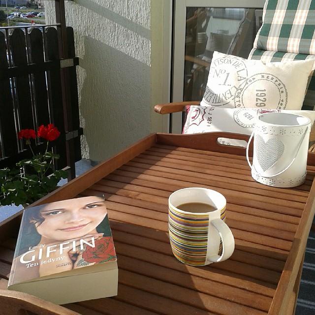 Kara plus książka to zestaw, który zawsze się sprawdza! #coffee #relaks #balkon #mojemieszkanie #homedecor #Sun #vsco #vscocam