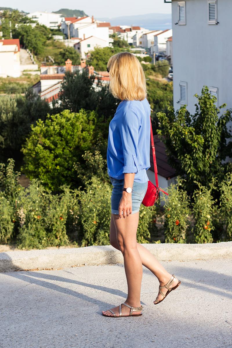 czerwona-torebka-jeansowe-szorty