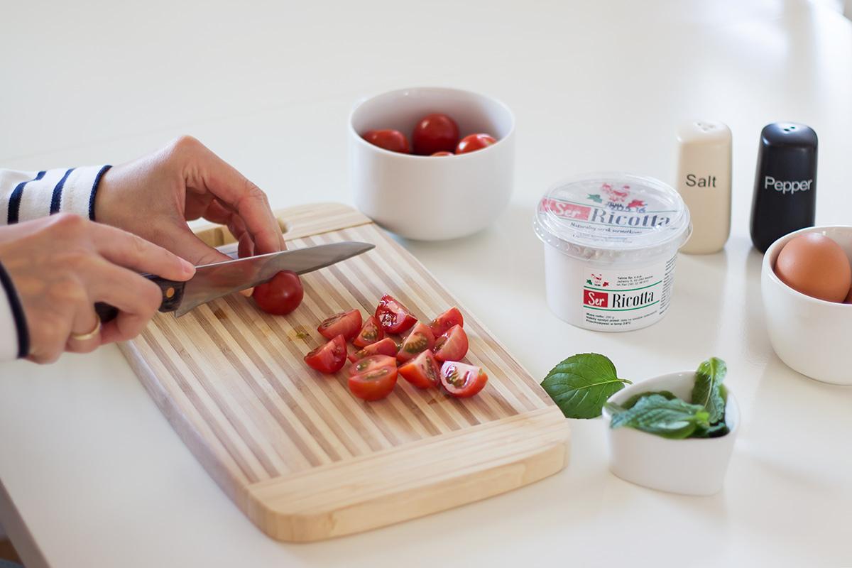 omlet-z-ricotta-i-pomidorkami-koktajlowymi